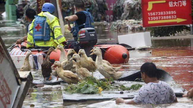 Banjir China mengakibatkan kerugian lahan pertanian, jalan hingga properti senilai US$21 miliar dan berpotensi mengancam pasokan pangan.