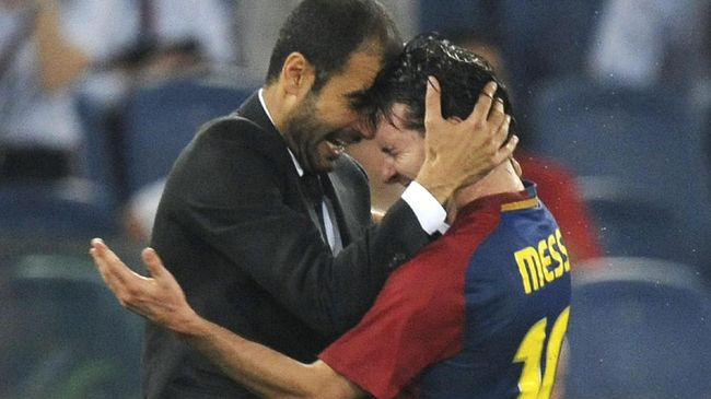 Barcelona¥s coach Josep Guardiola (L) celebrates with Barcelona¥s Argentinian forward Lionel Messi (C) as Manchester United's forward Wayne Rooney  looks on at the end of the final of the UEFA football Champions League on May 27, 2009 at the Olympic Stadium in Rome. Barcelona defeated Manchester United 2-0 to win the Cup.       AFP PHOTO / CHRISTOPHE SIMON / AFP PHOTO / CHRISTOPHE SIMON