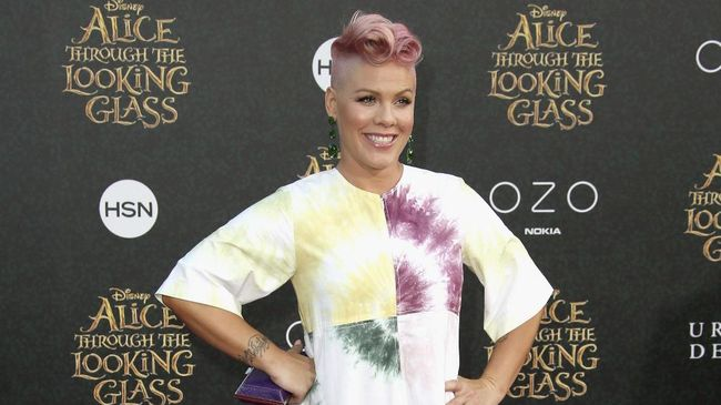 Pink dikabarkan harus keluar-masuk rumah sakit di Australia karena kondisi kesehatannya menurun. Ia juga disebut terinfeksi virus pada lambungnya.