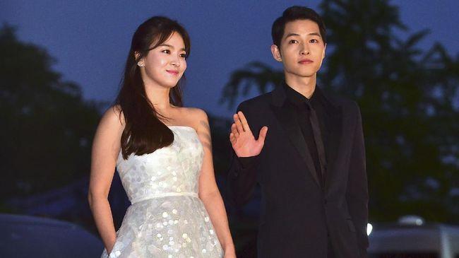 Meski sama-sama sudah di usia kepala tiga, Song Joong Ki (31) dan Song Hye Kyo (35) masih tampak seperti usia 20-an tahun. Apa perawatan kulit keduanya?