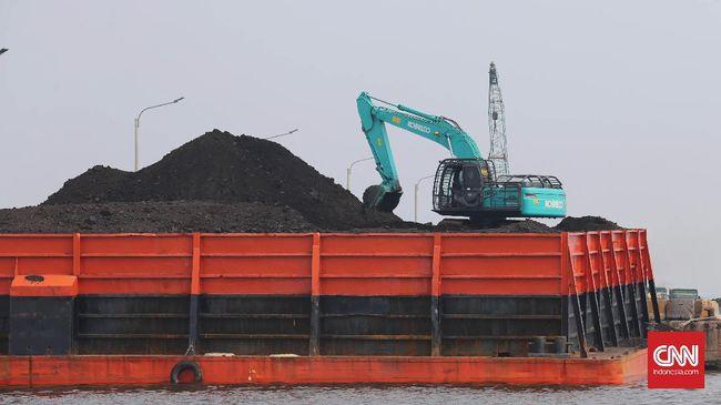 Kapal tongkang yang membawa batubara di pesisir Pantai Marunda, Jakarta, Rabu, 5 Juli 2017. Kementerian Energi dan Sumber Daya Alam (ESDM) akan menyusun beleid pembatasan produksi batu bara mulai 2019. Rencananya produksi batu bara dibatasi hanya 400 juta ton per tahun. CNNIndonesia/Safir Makki