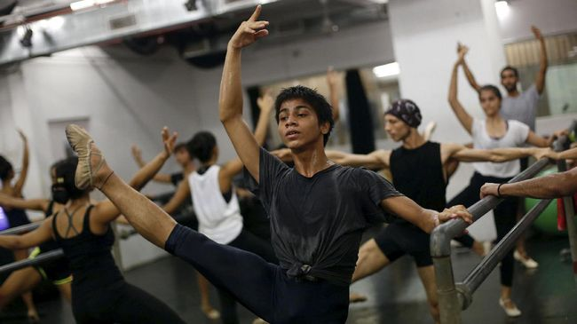 Amiruddin Shah putus sekolah demi mengejar mimpi menjadi penari balet di India. Kini, ia diundang masuk sekolah prestisius di Amerika.
