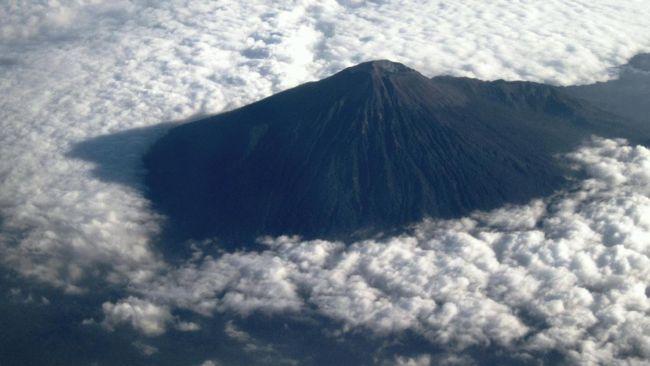 PVMBG mencatat potensi ancaman bahaya Gunung Slamet adalah erupsi magmatik dengan lontaran material pijar ke daerah sekitar puncak dalam radius 2 kilometer.