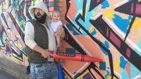 <p>Membuat grafiti dengan krayon yang super besar. (Foto: Instagram/@sbsolly) </p>