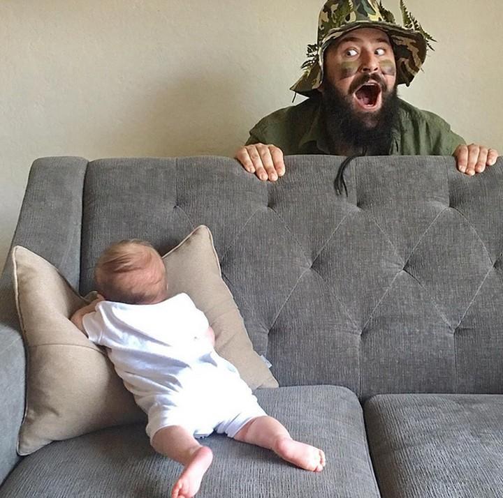 <p>Begini main petak umpet ala ayah Sholom dan bayi Zoe. (Foto: Instagram/@sbsolly)</p>