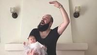 <p>Cute! Sholom dan bayi Zoe menari balet. (Foto: Instagram/@sbsolly)</p>