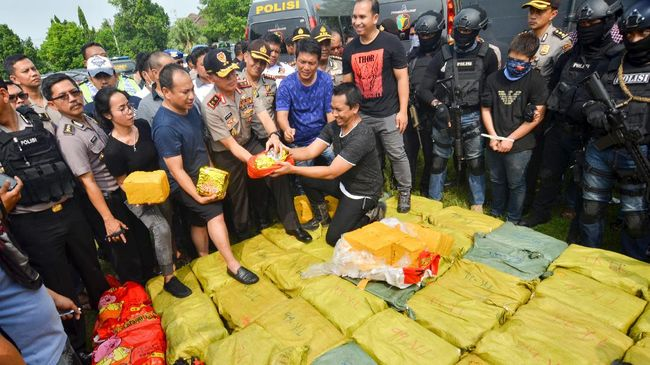 Tim Gabungan Direktorat Narkoba Polda Metro Jaya berhasil menangkap kapal pesiar yang digunakan untuk membawa narkoba jenis sabu seberat satu ton.