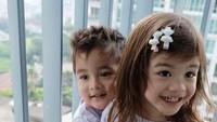 Gantian, sekarang adik Zac yang memeluk kakak Zoe. (Foto: instagram/@twinszfrizzy)