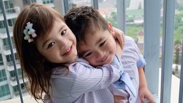 Cute Abis! Kompaknya Zoe dan Zac, si Kembar Anak Jonathan Frizzy