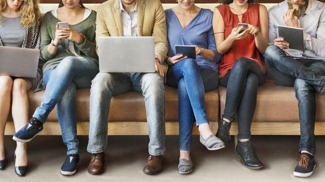 Phubbing, kebiasaan sibuk berkomunikasi dengan orang lain di gadget padahal ada lawan bicara di depan mata, menjadi fenomena sosial yang memprihatinkan.