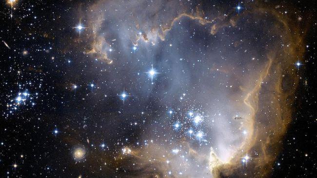 Astronom Universitas Harvard, Avi Loeb, mengatakan bahwa manusia tak boleh merasa paling istimewa dan unik karena sebenarnya ada makhluk lain di alam semesta.