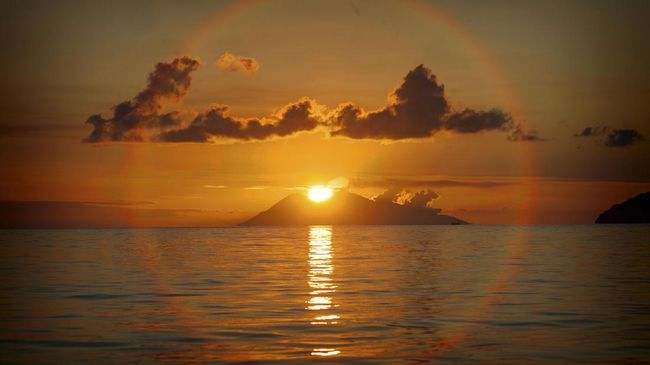 Pemandangan matahari terbenam di perairan Labuan Bajo, Senin (1/5). ANTARA FOTO/Muhammad Adimaja/17.