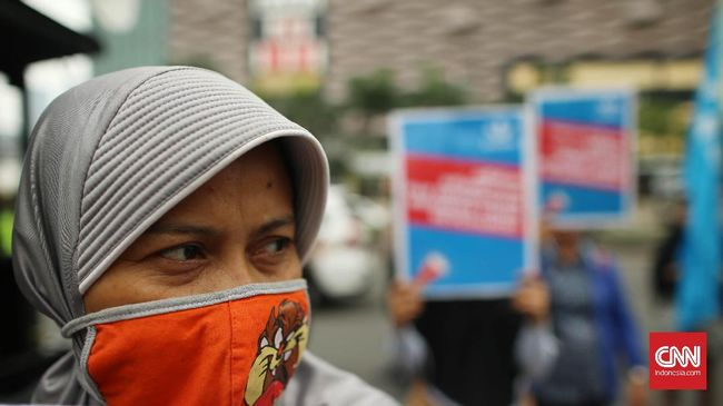 Sejumlah mantan buruh PT. Panarub Dwikarya (PDK) berunjuk rasa di depan Kedutaan Besar Jerman, Jakarta, Selasa, 18 Juli 2017. Genap 5 tahun perjuangan 1.300 orang buruh PDK yang di phk sejak tahun 2012. PT PDK produsen sepatu brand Adidas dan Mizuno melakukan phk sepihak karena buruh PDK membentuk serikat independen dan melakukan pemogokan untuk menuntuk kenaikan upah serta perbaikan kondisi keeja. CNNIndonesia/SafirMakki