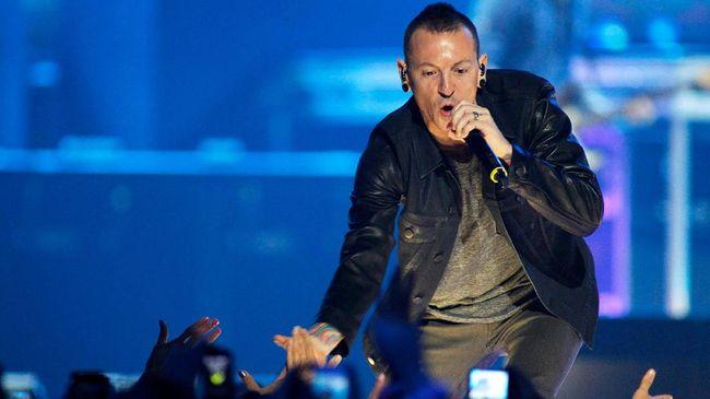 Linkin Park memberikan 'tribute' dalam rangka memperingati satu tahun meninggalnya vokalis mereka, Chester Bennington.