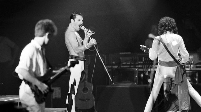 A file picture taken on September 18, 1984 showing Rock star Freddie Mercury, lead singer of the rock group