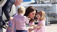 Putri Charlotte kala itu berusia dua tahun sempat mengalami tantrum saat mau naik pesawat setelah mengunjungi Hamburg, Jerman. (Foto: Getty Images)