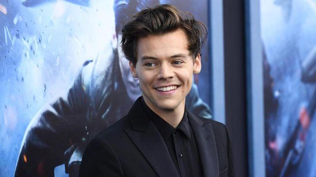 Sebuah lembaga riset di Inggris menyebut Harry Styles memiliki komposisi mata dan dagu sempurna yang membuat dia lebih tampan dibanding Brad Pitt.