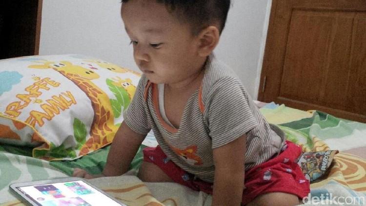 Sebaiknya anak di bawah 2 tahun nggak dikenalkan gadget. Tapi, kadang saat orang di sekitar pakai gadget, anak pun penasaran.