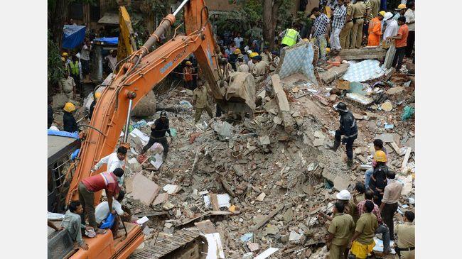 Sembilan orang tewas dan 20 lainnya dikhawatirkan terjebak di bangunan enam lantai yang roboh menyusul hujan deras di Mumbai.