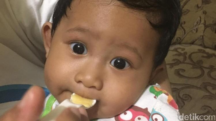 Apakah MPASI harus ditunda kalau di usia 6 bulan, bayi belum bisa duduk tegak?