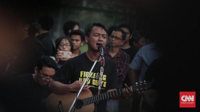 Band Efek Rumah Kaca mengaku kesal melihat rasialisme yang menimpa orang Papua belakangan ini. Bukan tak mungkin, mereka akan membuat lagu tentang hal itu.