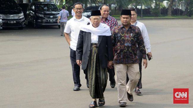 Berbeda dengan gaya Jokowi yang tengah gemar pakai sneaker bak anak muda, Mar'uf Amin justru tampil sebaliknya dengan gaya khasnya yaitu bersarung.