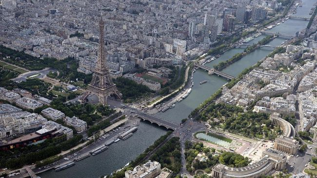 A picture taken on July 14, 2017, in Paris shows an aerial view of the Eiffel tower by the river Seine, in front of the Trocadero area with the Jardin du Trocadero and the palais Chaillot (front C). / AFP PHOTO / JEAN-SEBASTIEN EVRARD