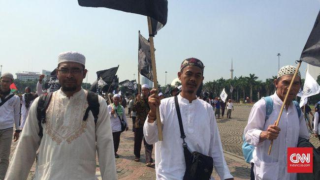 Hizbut Tahrir Indonesia tetap menggelar aktivitasnya usai pembekuan organisasi itu oleh pemerintah. Jejaring mereka menggurita, dari dosen, PNS, hingga tentara.
