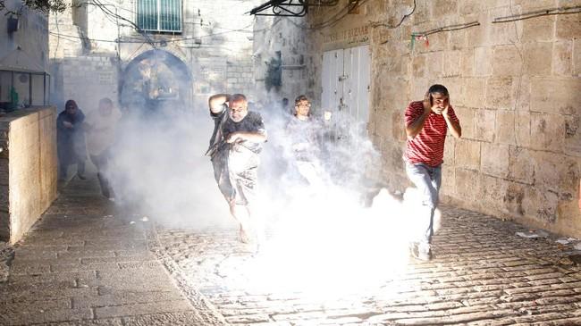 Bentrokan kembali pecah antara Polisi Israel dan warga Palestina di kompleks Masjid Al Aqsa pada Jumat (28/7) usai detektor logam dicabut.