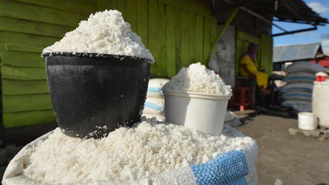 PT Garam mengusulkan kepada pemerintah untuk mengkaji skema penugasan pelayanan publik (PSO) untuk menyerap garam rakyat seiring anjloknya harga komoditas itu.