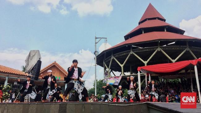Perayaan lebaran betawi selama akhir pekan ini dipusatkan di Setu Babakan, Jakarta Selatan. Perkampungan budaya betawi itu ramai dikunjungi warga.