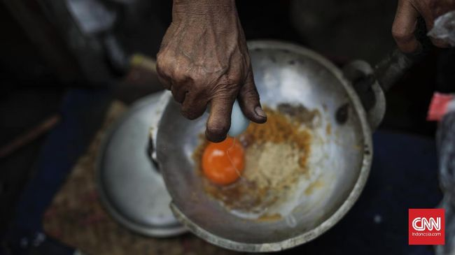 Penjual makanan kerak telor dalam acara 'Lebaran Betawi' di Setu Babakan, Jakarta. Sabtu, 29 Juli 2017. Acara tersebut untuk kesepuluh kalinya diselenggarakan oleh Pemprov DKI Jakarta untuk mempererat silahtuhrami dan menyuguhkan berbagai produk kuliner, budaya, dan yang memiliki ciri khas Betawi. CNNIndonesia/Adhi Wicaksono.