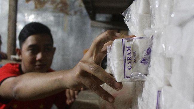 Menko Maritim Luhut Binsar Panjaitan mengaku akan mencari tahu penyebab harga garam konsumsi jatuh hingga 50 persen ke posisi Rp400 per Kg.