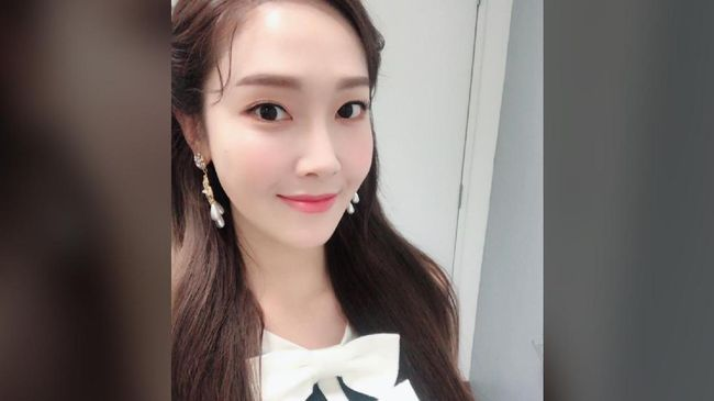 Penerbit RH Korea mengatakan novel Shine bukan autobiografi Jessica Jung, melainkan sepenuhnya fiksi berdasarkan imajinasi sang penulis.