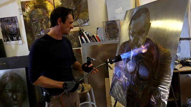 Alih-alih menggunakan kanvas, Vlna melukis diatas papan baja yang yang tahan api menggunakan api dari obor oxyacetylene untuk menimbulkan tinta beragam warna.