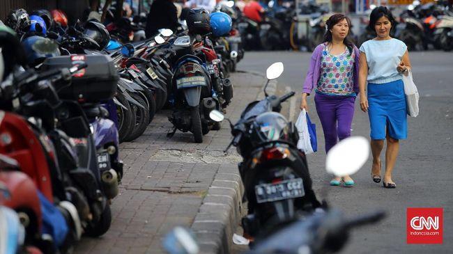 Fenomena parkir kendaraan roda dua antara pria dan wanita dipisah lazim ditemui di Kota Depok, Jawa Barat.