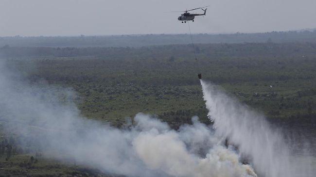 Helikopter water bomber dikerahkan untuk memadamkan kebakaran di lereng terjal di Taman Hutan Raya R. Soerjo, yang juga jalur pendakian menuju Gunung Arjuno.