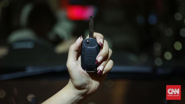 Paling utama dicek saat remote kunci mobil mogok bekerja yaitu bagian baterai, caranya perhatikan lampu indikator.