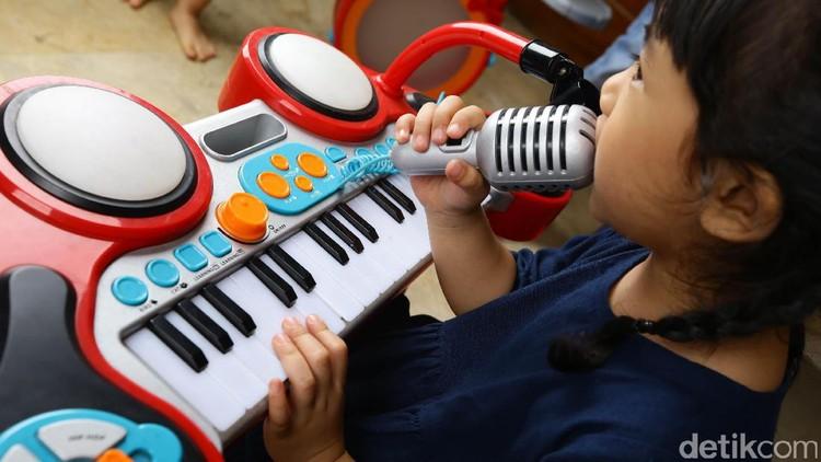 Belajar musik sejak usia dini memiliki segudang manfaat, salah satunya meningkatkan kemampuan sosial anak.