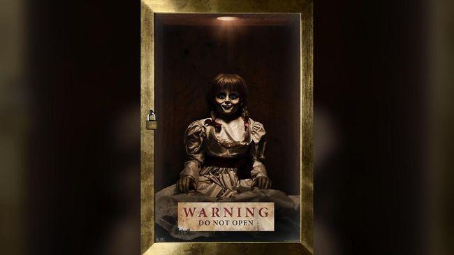 Annabelle tak sendiri. Tampaknya, boneka keji ini memiliki 'teman' yang juga gemar menebar teror dalam 'Annabelle Comes Home'.