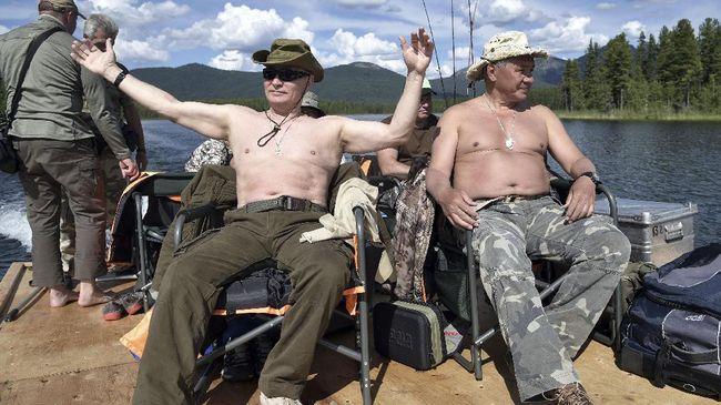 Selama ini, Putin terkenal kerap menghabiskan waktu liburannya dengan menjelajahi alam mulai dari mendaki gunung, berburu, hingga memancing.