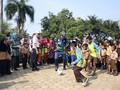 Di Sela Gowes Nusantara, Menpora Main Bola Bersama Murid SD
