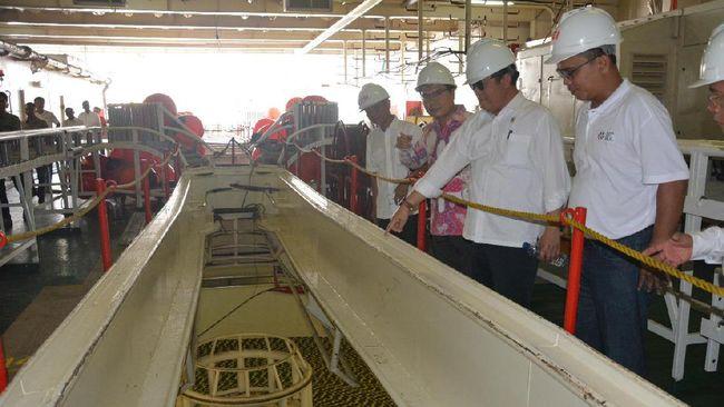Jokowi meresmikan proyek palapa ring 'tol langit' yang menghubungkan seluruh wilayah Indonesia.
