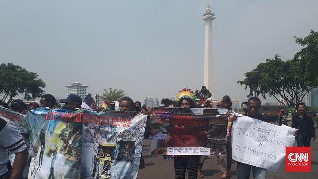 Masyarakat Papua yang tergabung dalam Solidaritas Hak Asasi Manusia Deiyai West Papua menggelar aksi menuntut pemerintah mengusut penembakan di Deiyai.