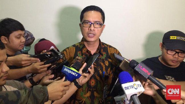 Dua tim bergerak dalam penggeledahan di kantor Syarifuddin Arsyad Temenggung. Dari dua lokasi, penyidik mengamankan sejumlah dokumen terkait BLBI.
