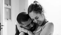 <div>Ketika suami benar-benar menjadi tempat sang istri 'berpegangan'. ( Foto: Instagram/ @deborasilveirafotografia via @dontforgetdads)</div><div></div>
