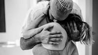 Pelukan suami ketika sedang kontraksi jelang melahirkan seperti mampu memberi semangat yang tak ternilai ya, Bun. ( Foto: Instagram/ @deborasilveirafotografia via @dontforgetdads)