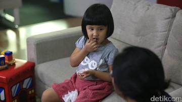 8 Cara Ajarkan Anak Berpikir Positif pada Orang Lain