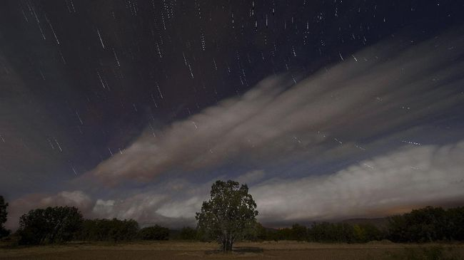 Malam ini terdapat tiga hujan meteor yang bisa diamati di langit Indonesia, hujan meteor Delta Aquariids, Alpha Capricornids dan Piscis Austrinid.