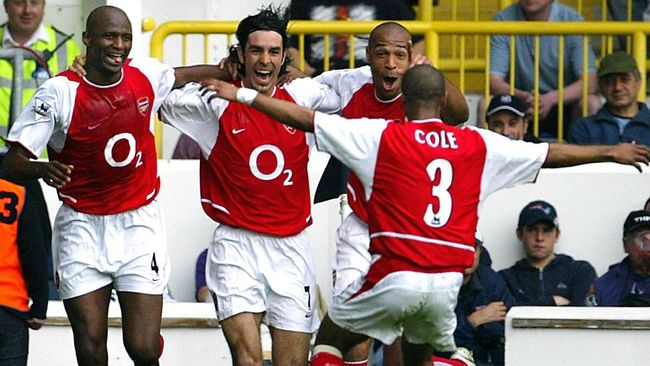 Arsenal's French midfielder Robert Pires (2ndL) celebrates his goal against Tottenham with teammates captain Patrick Vieira (L), forward Thierry Henry (2ndR) and Ashley Cole (back to the camera) during their Premier League football clash at White Hart Lane in north London, 25 April 2004.  AFP PHOTO / ODD ANDERSEN     - - No telcos,website use to description of license with FAPL on, www.faplweb.com - - / AFP PHOTO / ODD ANDERSEN